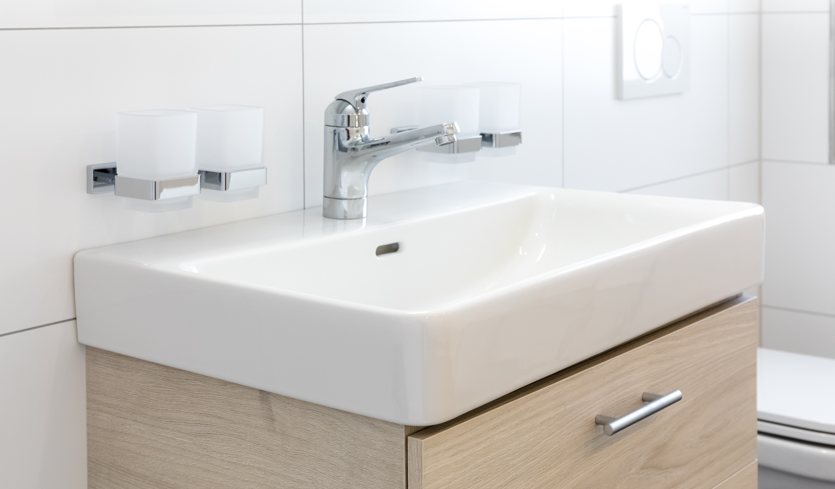 Ebenerdige Und Bodengleiche Dusche Lavabo Auf Modernem Unterschrank