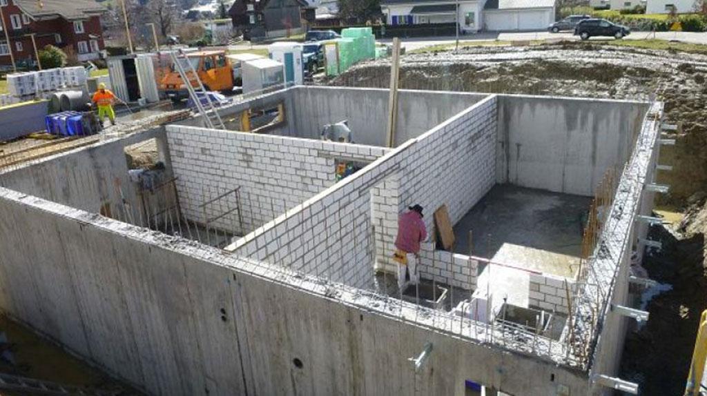 Hochbau: Grundmauern eines Einfamilienhauses