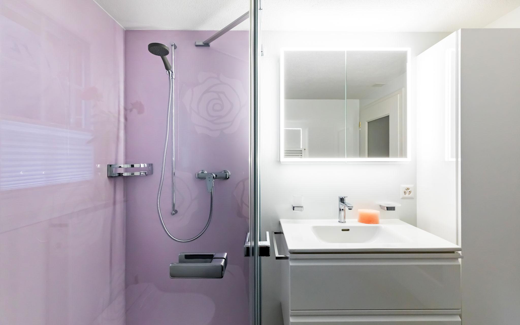 Badezimmer mit farbigen WSP-Platten als Rückwand - Forrerbau AG